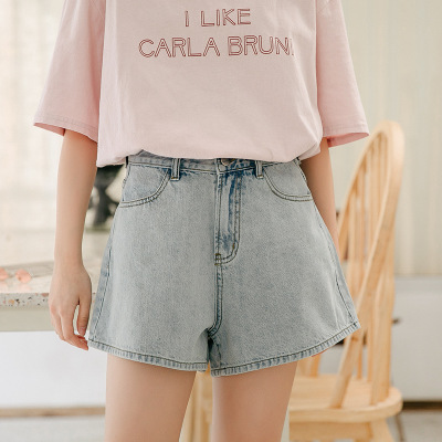 Loose and slim, they go with a-line hot pants and shorts, which are super hot and high-waisted jeans