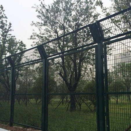 新型围墙围栏网 湖北龙泰百川栅栏厂 围墙护栏网批发 湖北钢丝网围墙图片展示