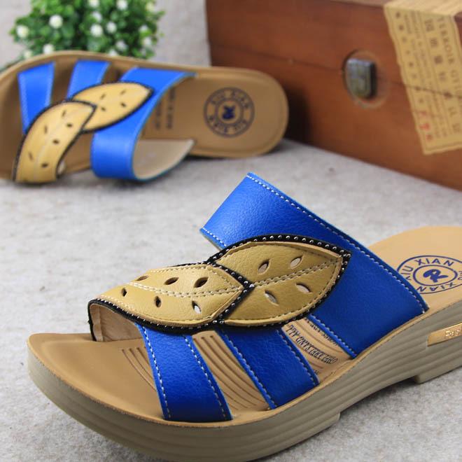 2019夏季时尚女士凉拖鞋拼色叶子坡跟耐磨皮凉鞋休闲中老年妈妈鞋